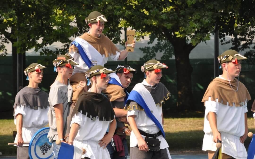 Schützenkönig wird von anderen Schützen getragen